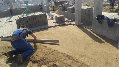 Aplicam un strat de nisip compactat pentru obtinerea planeitatii ca strat suport final pentru montajul pavelelor.